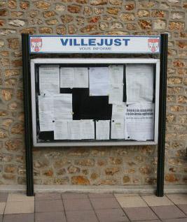 Panneaux d'affichage administratif à Villejust